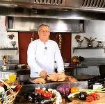 FOTO Dinescu și-a mai deschis un restaurant, unde gătește el însuși.
