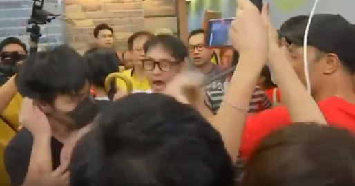 VIDEO Violențe între protestatari, într-un mall din Hong Kong