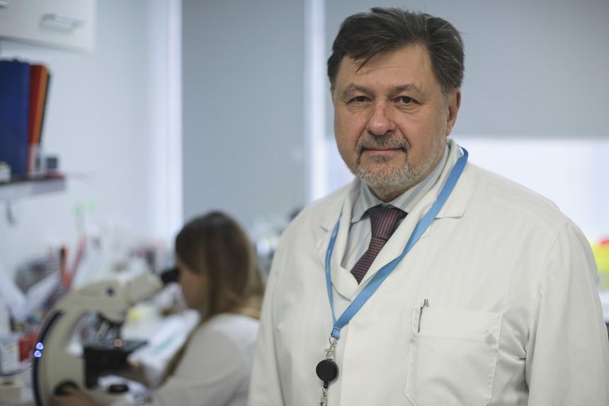 Alexandru Rafila: Nu este exclus să fie recomandată purtarea măştii şi la vară, dar mai important decât să purtăm mască este să nu ne înghesuim