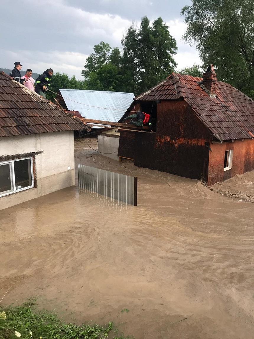 Precipitaţiile au produs inundaţii în 11 localităţi din 6 judeţe - 11 persoane, salvate - FOTO