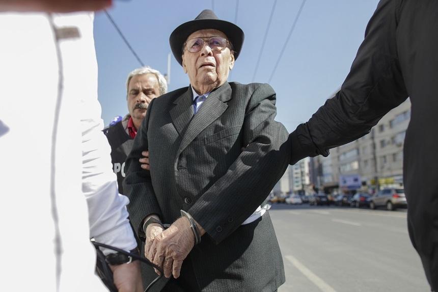 Ioan Ficior, ridicat de poliţişti de la locuinţa sa, pentru a fi încarcerat după ce a fost condamnat la 20 de ani de închisoare. FOTO