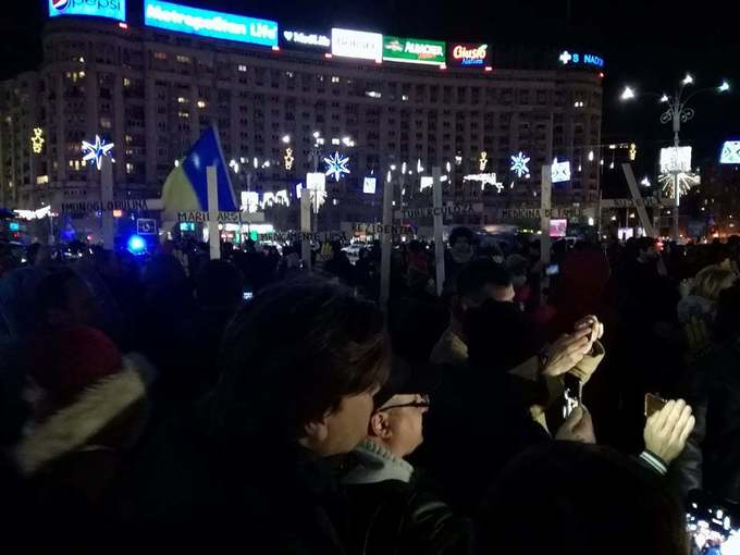 UPDATE - Aproximativ 10.000 de oameni au protestat în Piaţa Victoriei. PNL, USR şi Platforma România 100 s-au alăturat organizaţiilor civice care protestează faţă de modificarea legilor Justiţiei. Orban: Pasivitatea e o formă de complicitate. FOTO, VIDEO