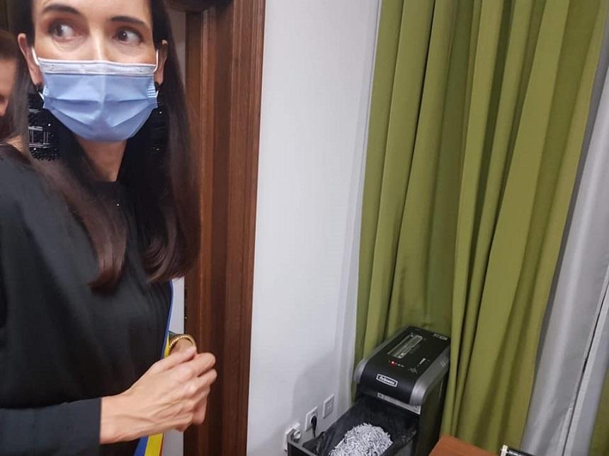 Clotilde Armand, după prima zi la Primăria Sectorului 1: Contracte cu cabinete de avocatură plătite din 2015 fără rezultate în instanţă, directori absenţi nemotivat. În biroul primarului, un distrugător de documente şi un baston de poliţist local - FOTO