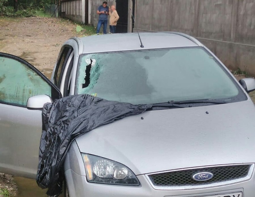 Vâlcea: Mai mulţi copaci au fost dărămaţi în urma unei furtuni, iar câteva crengi au căzut pe o maşină în care se aflau patru persoane. FOTO
