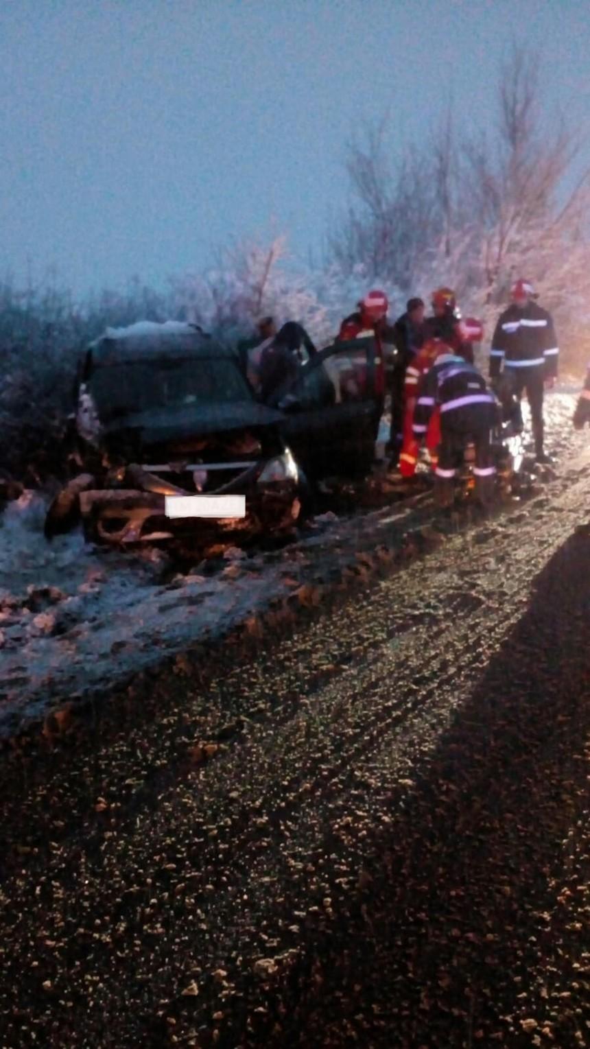 Timiş: Două persoane au fost rănite după ce maşina în care se aflau s-a izbit de un TIR, din cauza neadaptării vitezei la condiţiile meteo. FOTO