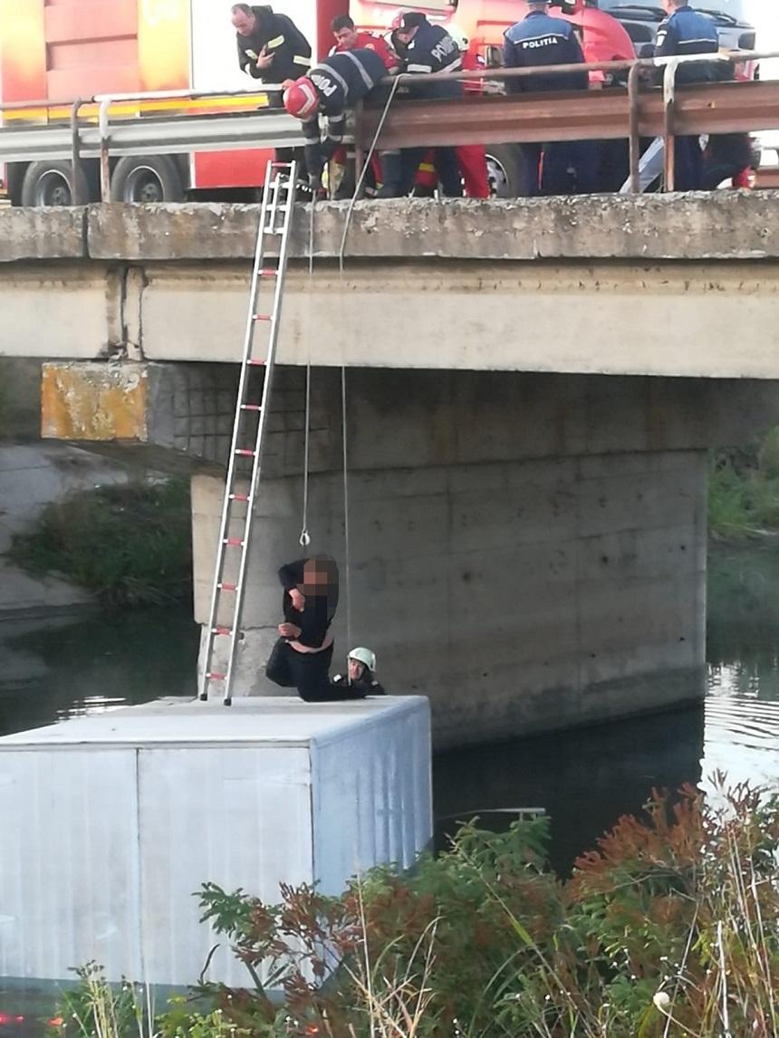 Ialomiţa: Intervenţie a pompierilor pentru salvarea unui bărbat care a căzut sămbătă cu maşina într-un canal cu apă şi şi-a petrecut noaptea pe capota vehiculului  - FOTO