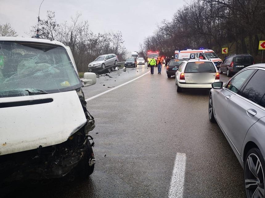 Două accidente rutiere au avut loc sâmbătă după amiază, pe DN 7, unul în judeţul Vâlcea, celălalt în Argeş - FOTO