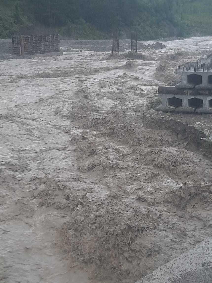 Un sat din Vrancea a rămas izolat după ce o viitură a distrus drumurile de acces/ Circulaţia, deschisă doar pentru pietoni, pe o punte de lemn - FOTO, VIDEO