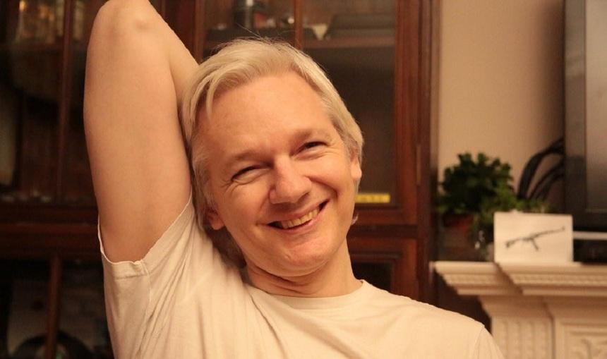 Assange publică o fotografie cu el zâmbind, după ce Parchetul suedez a renunţat la ancheta care îl vizează