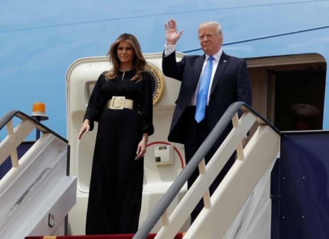 Preşedintele Trump şi-a început prima vizită de stat în Arabia Saudită, în timp ce scandalurile se adună la Washington