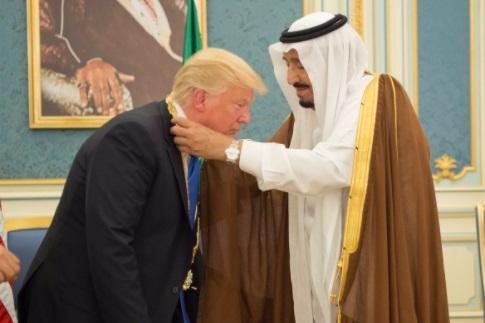 Preşedintele Trump a primit cea mai importantă decoraţie acordată civililor în timpul vizitei din Arabia Saudită