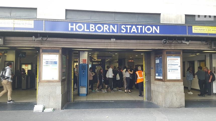 """Poliţia britanică a evacuat staţia de metrou Holborn, în centrul Londrei, din cauza unui tren """"defectuos"""", după raportarea unui incendiu într-un vagon de metrou"""