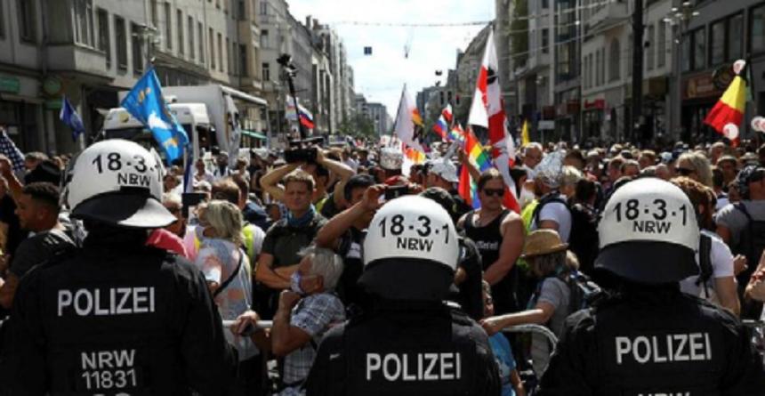 Poliţia din Berlin a arestat sute de participanţi la protestele faţă de restricţiile impuse în Germania în contextul pandemiei