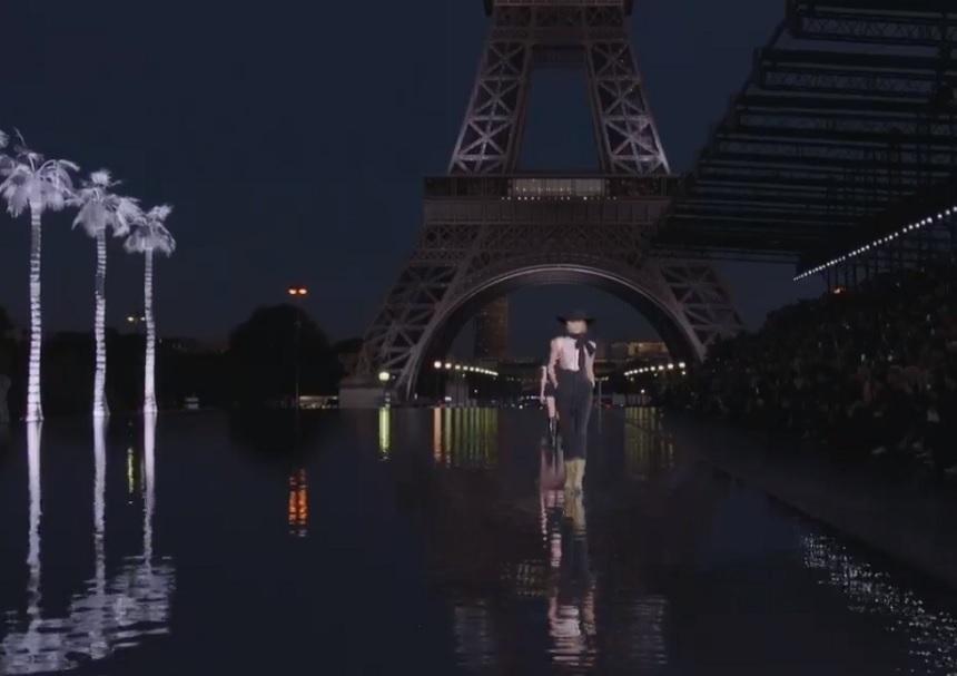 Manechinele au mers pe apă lângă Turnul Eiffel la prezentarea colecţiei Saint Laurent de la Paris. FOTO, VIDEO