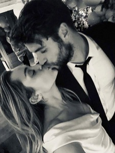 Miley Cyrus şi Liam Hemsworth s-au căsătorit - FOTO/ VIDEO