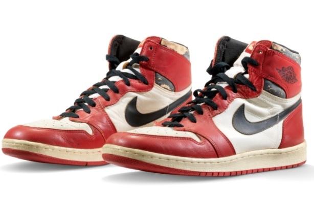 O pereche de pantofi sport Air Jordan 1 a fost vândută la licitaţie pentru suma record de 650.000 de dolari