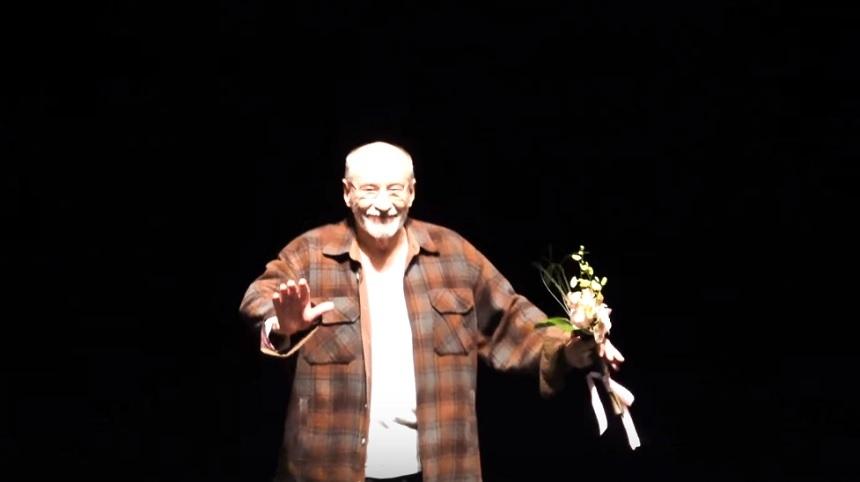 """Victor Rebengiuc a fost sărbătorit pe scena TNB, după o reprezentaţie a spectacolului """"Regele moare"""". Spectatorii i-au cântat """"La mulţi ani"""" şi l-au aplaudat îndelung – VIDEO"""