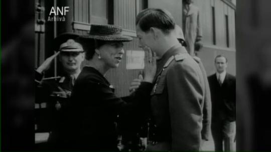 Regina-mamă Elena şi regele Mihai în gara Jimbolia