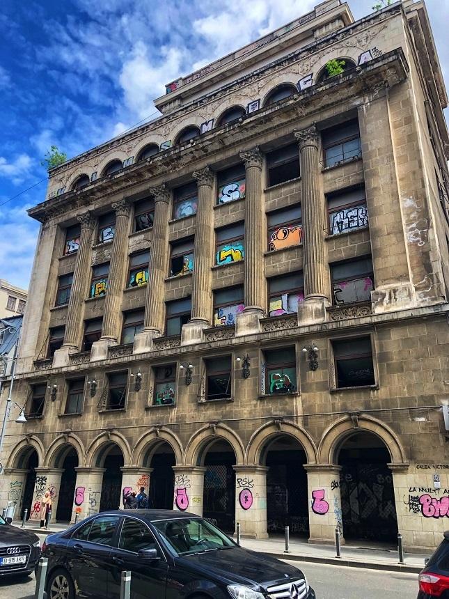 Blocul Rosenthal, prima clădire din Bucureşti cu prăvăliile retrase de la bulevard, a intrat în reparaţii - FOTO