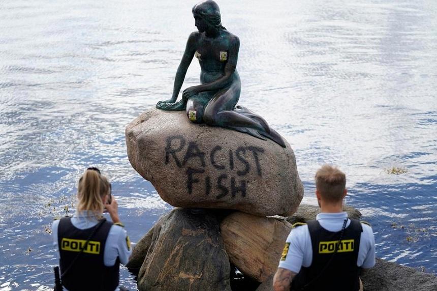 """Statuia """"Mica Sirenă"""" de la Copenhaga a fost vandalizată cu mesajul """"peşte rasist"""""""