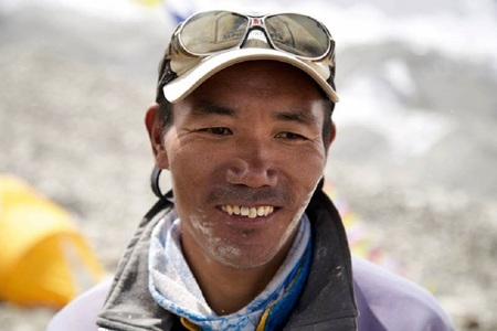 Doi nepalezi au stabilit noi recorduri de ascensiuni pe Everest