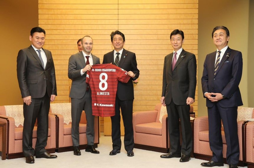 ¿Cuánto mide Shinzo Abe? - Altura - Real height Twitter-andres-iniesta