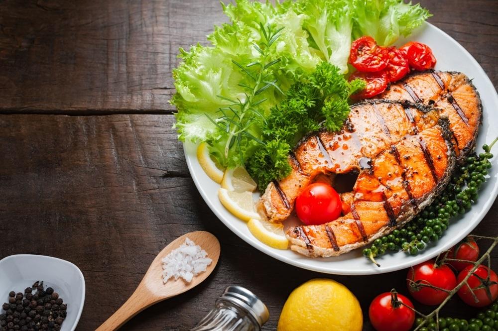 Somon marinat în suc de citrice, la grătar, ideal pentru persoanele care țin dietă