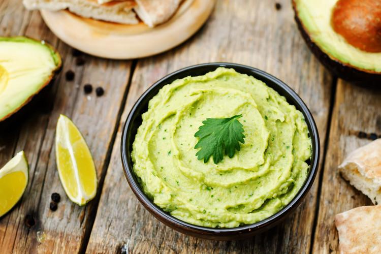 Humus de avocado asezonat cu crudităţi, un deliciu pe care trebuie să-l încerci