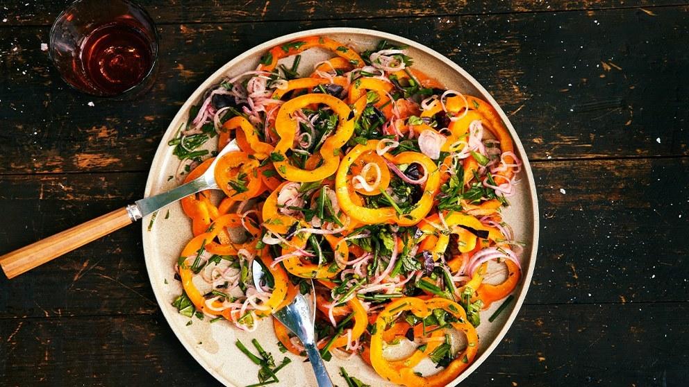 Salată de ardei şi ceapă, o reţetă ideală pentru Postul Crăciunului. Pur și simplu îți vei linge degetele