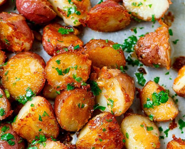 Cartofi cu usturoi şi parmezan la cuptor