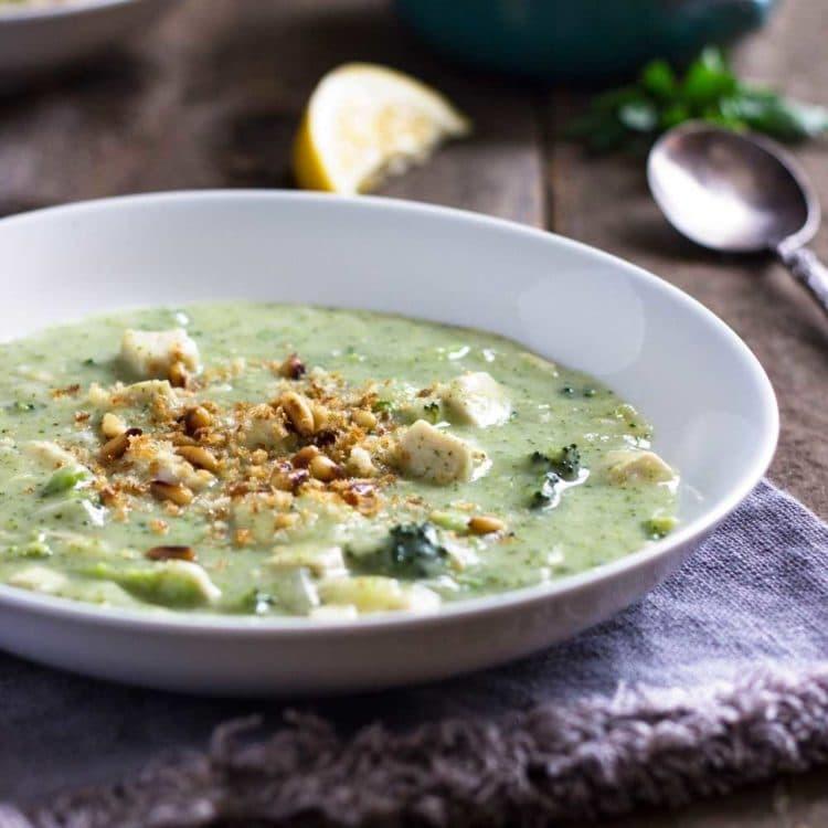 Supă cremă de pui şi broccoli, cu parmezan, ideală pentru un prânz sațios