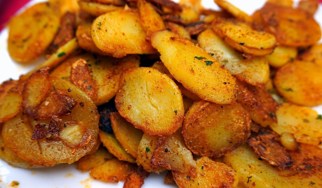 Cartofi aurii, la tigaie, cu usturoi