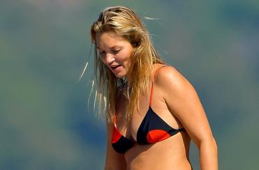 Piele lăsată, celulită şi multe kilograme în plus. Ce s-a întâmplat cu Kate Moss?