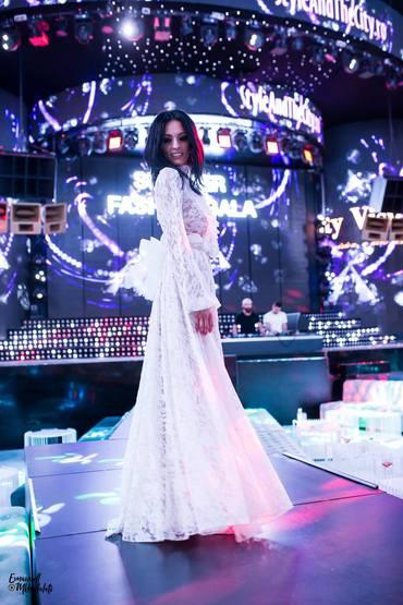 Cosmina Păsărin, o apariţie senzaţională în alb FOTO
