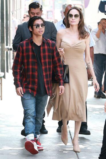 Ce sexy e Angelina Jolie! Iată cum au surprins-o paparazzi pe stradă