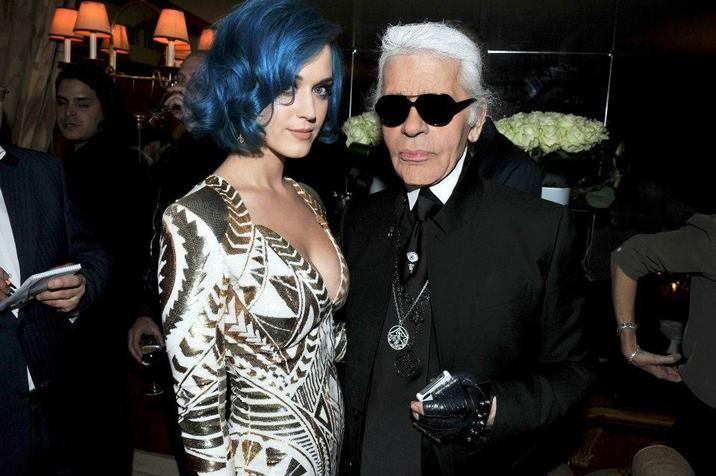 Karl a fost adorat de vedetele care i-au purtat creaţiile. Aici, împreună cu Katy Perry.
