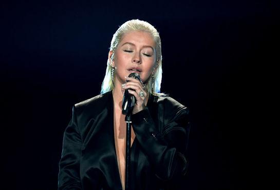 Christina Aguilera, greu de recunoscut pe scena AMA. Artista şi-a injectat buzele!