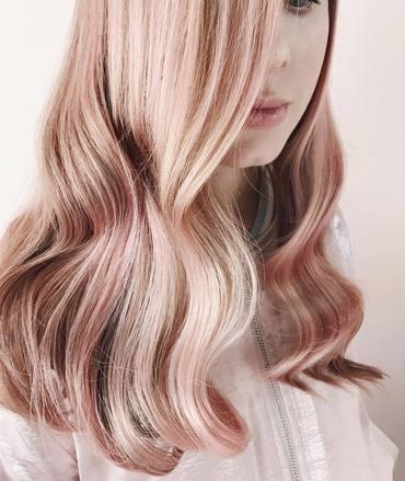 Uită de blond! Rose Gold este culoarea vedetă a sezonului!