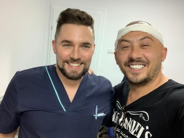 Ştefan împreună cu medicul care i-a schimbat look-ul