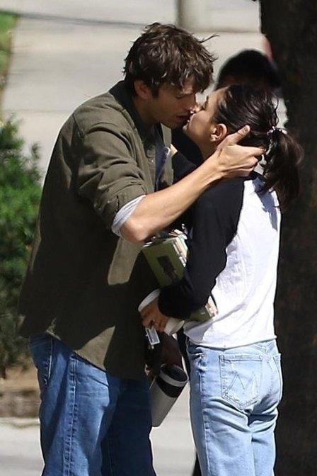 Încă există pasiune! Mila Kunis şi Ashton Kutcher, sărut în văzul tuturor