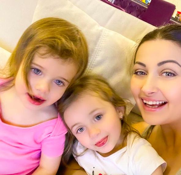 Gabriela Cristea şi fetiţele ei