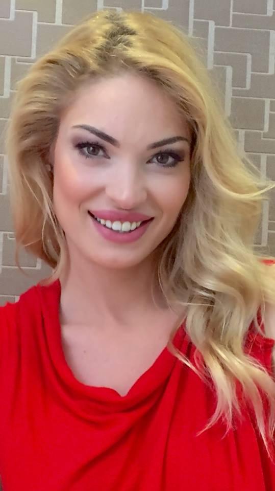Valentina Pelinel a îmbrăcat iar rochia de mireasă