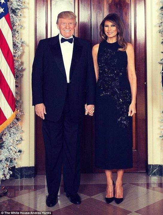 Melania şi Donald Trump, ţinându-se de mână în primul portret de Crăciun. Iată ce rochie sclipitoare a purtat Prima-Doamnă!