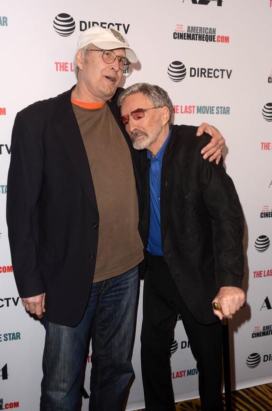 Burt Reynolds şi Chevy Chase s-au sărutat pe covorul roşu