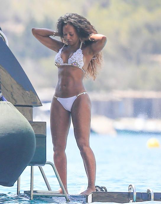 Mel B a renunţat la inhibiţii. Surprinsă topless la plajă, alături de un bărbat