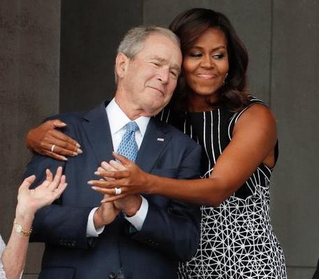Amuzant! George W. Bush, filmat când îi dădea o bomboană lui Michelle Obama