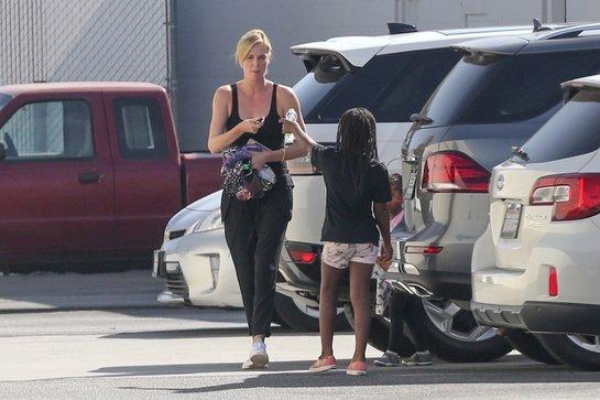 Charlize Theron, de nerecunoscut pe străzile din Los Angeles! Vedeta, surprinsă fără machiaj şi îmbrăcată sport