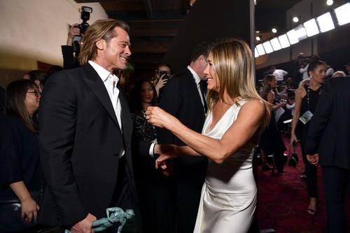 Aniston şi Pitt au fost surprinşi în culisele SAG AWARDS la începutul anului, foarte apropiaţi unul cu celălalt