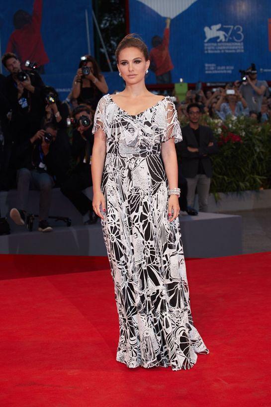 Natalie Portman, însărcinată din nou? Rochia de covor roşu a actriţei dă de bănuit