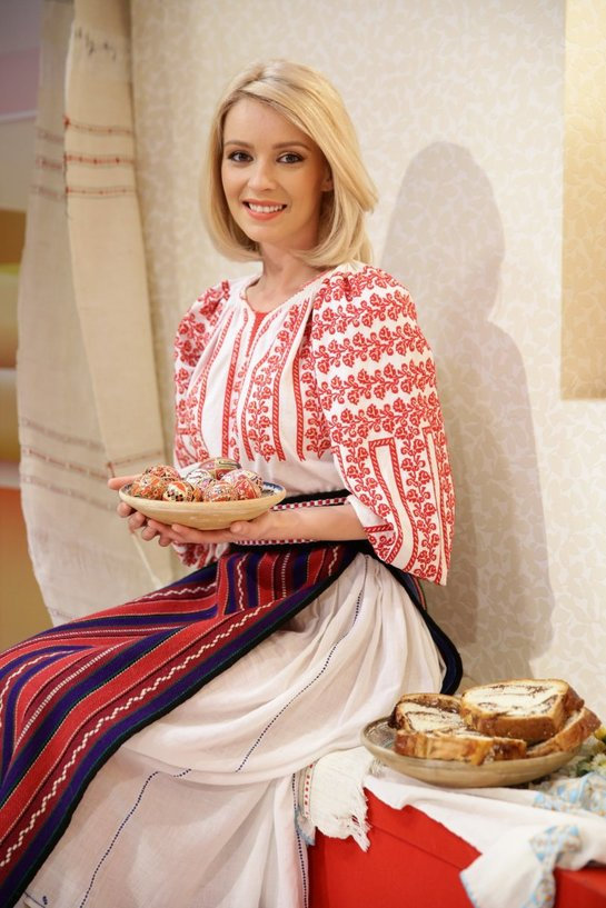 FOTO Diana Dumitrescu, în costum popular. Îi stă bine?